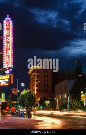 Des traînées de voiture et store fronts sur la Route 66, Avenue centrale, Centre-ville d'Albuquerque, Nouveau Mexique Banque D'Images
