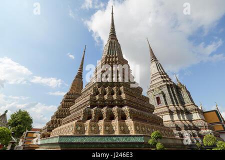 Plusieurs ornements à l'chedis Wat Pho (Po) complexe des temples de Bangkok, Thaïlande, du point de vue de l'avant. Banque D'Images