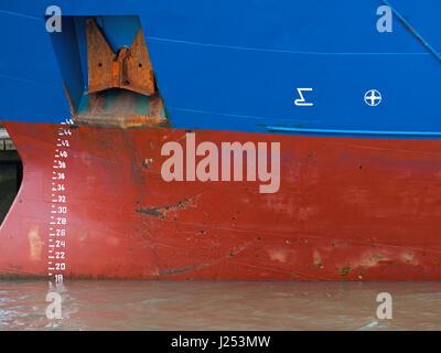 La flottaison numéros et marques sur la coque d'un cargo