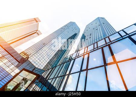 Faible grand angle de vue des gratte-ciel modernes dans le quartier des affaires dans la belle lumière du soir au Banque D'Images