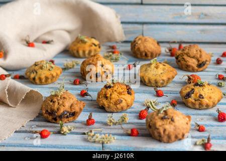 Des délicieux muffins carottes aux raisins et fruits secs sur un fond de bois Banque D'Images