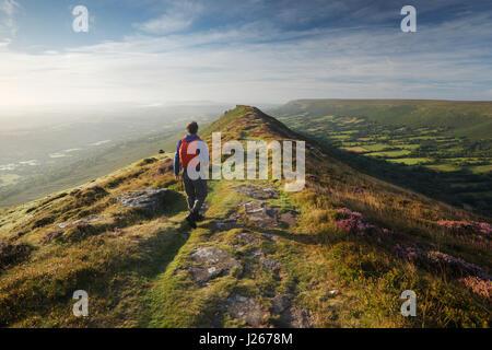 Hillwalker sur Noir colline dans les Montagnes Noires. Parc national de Brecon Beacons, Pays de Galles, Royaume Banque D'Images