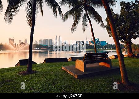 Belle matinée en parc public à Kuala Lumpur. Les toits de la ville moderne au lever du soleil. Banque D'Images