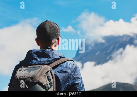 Sac à dos avec l'homme dans les montagnes. Jeune voyageur à l'escalade le mont Kinabalu en Malaisie. Banque D'Images