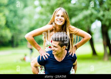 Couple heureux en amour s'amuser en plein air et souriant Banque D'Images