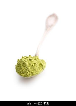 La poudre de thé matcha vert cuillère en isolé sur fond blanc.