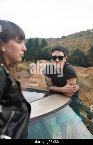 Jeune couple on a road trip Banque D'Images