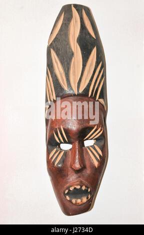 L'Afrique en bois masque de cérémonie sur fond blanc Banque D'Images