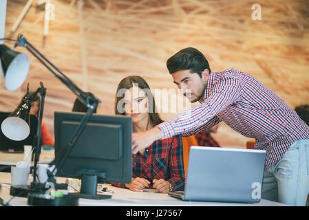 Business couple travaillant ensemble sur le démarrage du projet au bureau moderne Banque D'Images