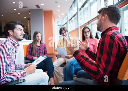 Tiré d'un groupe de jeunes professionnels ayant une réunion d'affaires. Banque D'Images