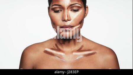 Close up of professional contour et mettez en surbrillance le maquillage. Le contourage maquillage visage l'application Banque D'Images