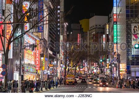Les enseignes lumineuses et gratte-ciel le long de la pente Dogenzaka, Shibuya, Tokyo, Honshu, Japan Banque D'Images