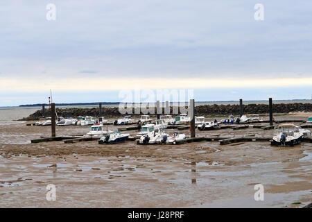 Bateaux de pêche et de loisirs reposant sur la vase à marée basse de Chatelaillon - plage, France Banque D'Images