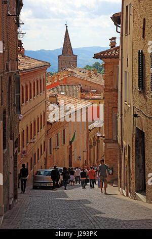 Rue étroite dans le centre de la vieille ville d'Urbin, Marches, Italie