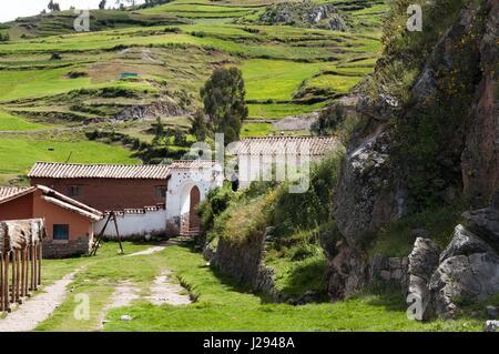 Montagnes et zone rurale dans le petit village de Chinchero dans la Vallée Sacrée près de Cuzco. Chinchero est un Banque D'Images