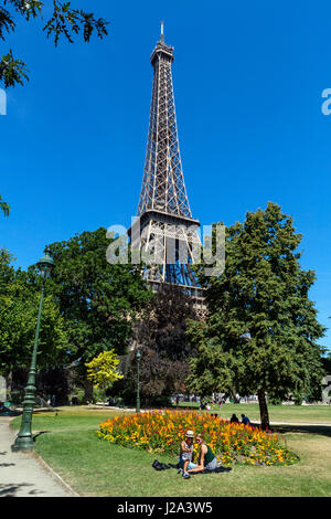 Un couple en selfies avant de la Tour Eiffel Tower (Tour Eiffel), à partir du Champ de Mars, Paris, France Banque D'Images