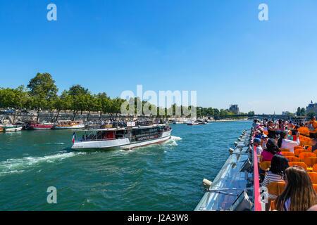 Vue depuis un bateau-mouche sur la Seine, Paris, France