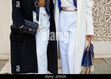 e7483b64df74 ... Milan Fashion Week street  Londres - Février 2017   mid section  inférieure de deux femmes dans la rue, tenant