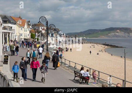 Les gens qui marchent sur Marine Parade, plage de Lyme Regis, Lyme Regis Dorset England UK Banque D'Images