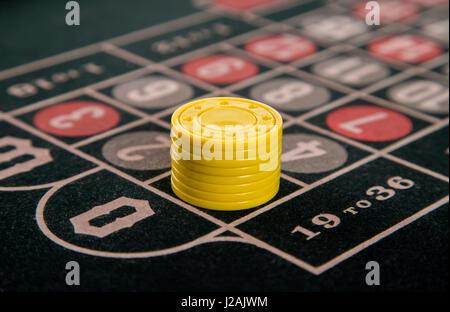 Le jeu sur une table de roulette avec jetons jaune abstract Banque D'Images