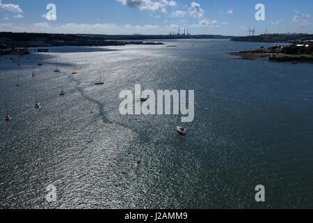 Vue depuis le pont de la Cleddau navigable de Milford Haven sur une superbe après-midi d'été Banque D'Images