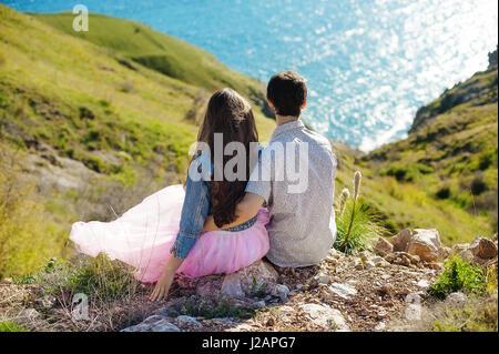 Locations de couple walking on beach ensemble dans l'amour maintenant autour de l'autre. Heureux jeune couple interracial, Banque D'Images