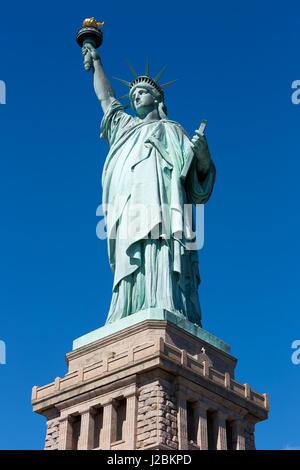 Statue de la liberté et sur socle sombre ciel bleu clair dans un jour ensoleillé Banque D'Images