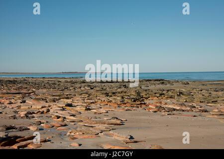 L'ouest de l'Australie, Broome. Cable Beach, vue sur l'Océan Indien avec Gantheaume Point et phare dans la distance Banque D'Images