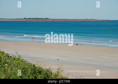 L'ouest de l'Australie, Broome, Cable Beach. Vue de la plage avec Gantheaume Point Lighthouse dans la distance. Banque D'Images