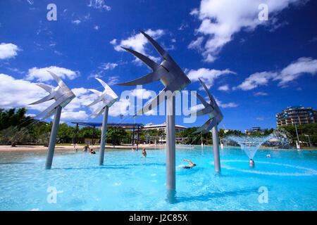 Le poisson géant statues sont une caractéristique bien connue de l'Esplanade de Cairns Lagoon. Le Queensland, Australie. Banque D'Images