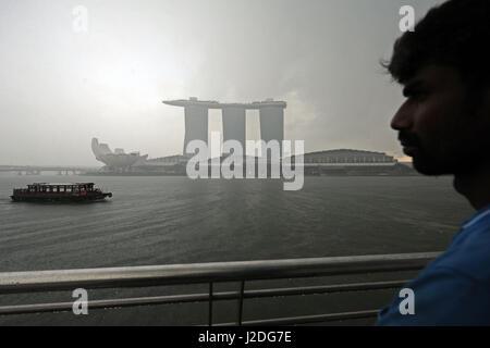 Singapour. Apr 27, 2017. Un voyage touristique à voiles le Marina Bay à Singapour le 27 avril 2017. Credit: Puis Banque D'Images