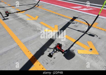 Sochi, Russie. Apr 28, 2017. Flèche jaune sur la voie Credit: dpa/Alamy Live News Banque D'Images