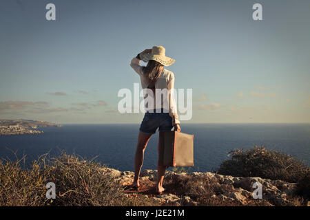 Femme debout à l'extérieur en vacances Banque D'Images