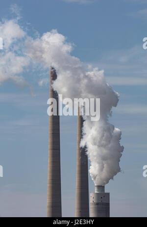 Pile de fumée s'échapper la fumée d'une usine de charbon Banque D'Images