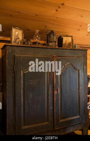 Commode en bois bleu décoré avec des cadres photo, des lampes à huile à l'étage chambre des maîtres à l'étage à Banque D'Images