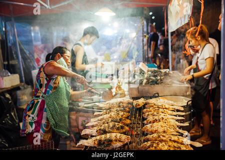 CHIANG MAI, THAÏLANDE - 27 août: le vendeur alimentaire Cuisine poissons et fruits de mer au marché du samedi soir Banque D'Images