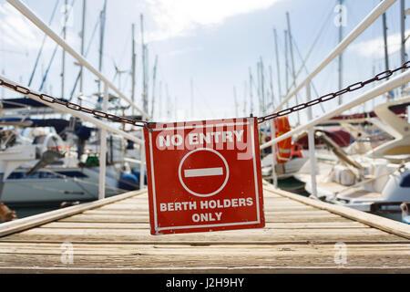 Panneau d'avertissement à l'entrée de l'yacht pier, Agios Nikolaos, Grèce Banque D'Images