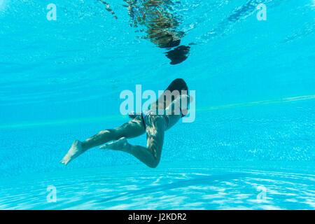 Femme portant masque et tuba piscine sous l'eau Banque D'Images