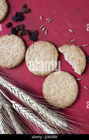 Les cookies à l'avoine et aux raisins maison saine Banque D'Images