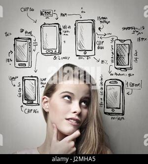Femme de penser à son nouveau téléphone Banque D'Images