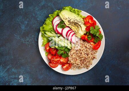 Bol bouddha avec mélange de légumes, quinoa sur fond bleu Banque D'Images
