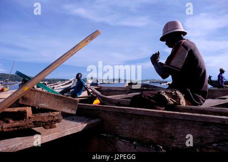 Un pêcheur dans un bateau au port de Kibirizi village de pêche dans le lac Tanganyika près de Kigoma city dans le Banque D'Images