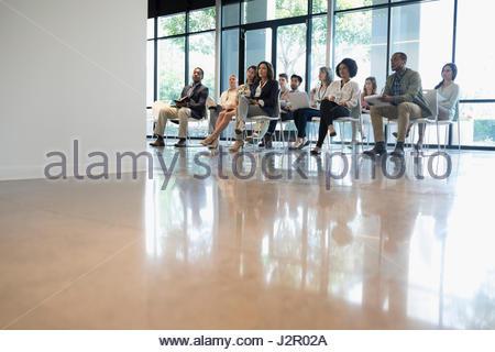 Conférence à l'écoute attentive de l'auditoire présentation in office Banque D'Images