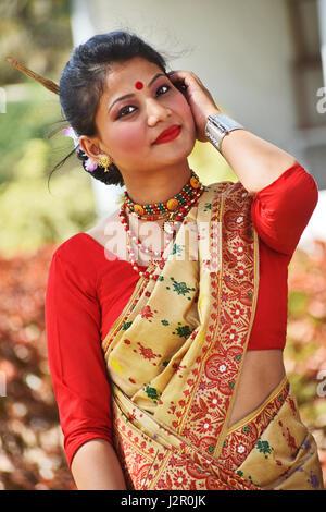 Belle fille en tenue traditionnelle assamaise, Pune, Maharashtra. Banque D'Images