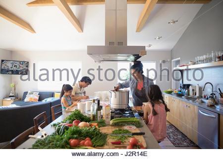 Cuire les légumes de la famille dans la cuisine Banque D'Images