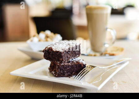 La nourriture deux brownies au chocolat au lait Dessert Sweet Treat brownies au chocolat cuisson au four plaque Banque D'Images