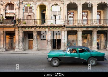 - La Havane, juin 2011: Vintage voiture américaine voyages au flou en face de l'architecture en ruine de la rue Banque D'Images