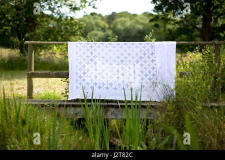 Tableau blanc tissu / jeter dehors dans le vent Banque D'Images