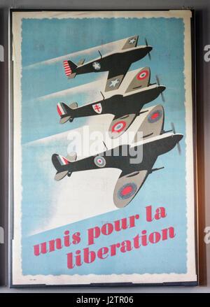 Unis pour la Libération: une affiche de propagande de la seconde guerre mondiale montrant un RAF, une armée de Banque D'Images