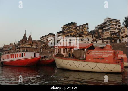 Les bateaux sont amarrés par scindia ghat de Varanasi, Uttar Pradesh en Inde Banque D'Images